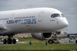Airbus_A350_XWB_paint_shop_rollout_7